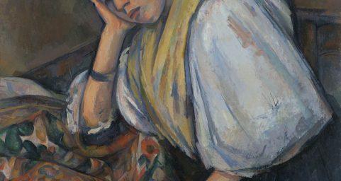 桌旁年轻的意大利女人