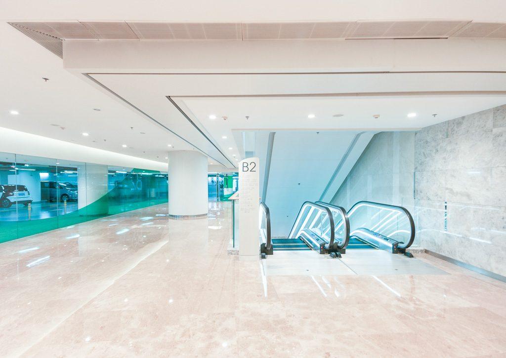39大连恒隆广场-停车场与公区交汇处