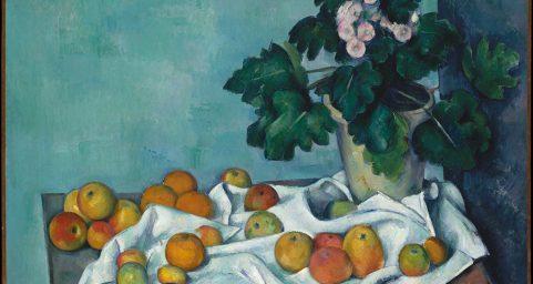 有苹果和报春花瓶的静物画